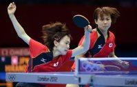 【2012ロンドン五輪】卓球女子団体、決勝の中国戦で球を打ち返す石川佳純(左)と平野早矢香。日本は中国に3-0のストレートで敗れた=西本勝撮影