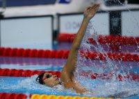 【2012ロンドン五輪】男子200メートル背泳ぎ決勝で、水しぶきを上げながら泳ぐ入江陵介=森田剛史撮影