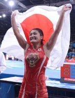 【2012ロンドン五輪】レスリング女子63キロ級でV3を達成した伊調馨は試合後に「足首の3本の靱帯(じんたい)のうち、1本半が切れていた」と話した。試合中は痛いそぶりを見せなかった=西本勝撮影