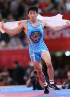 【2012ロンドン五輪】レスリング男子フリースタイル66キロ級で金メダルを獲得し、日の丸を手にする米満達弘=佐々木順一撮影