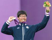 【2012ロンドン五輪】アーチェリー男子個人銀メダルを獲得し、ポーズをとる古川高晴=望月亮一撮影