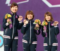【2012ロンドン五輪】アーチェリー女子団体で銅メダルを獲得し笑顔を見せる(左から)早川漣、蟹江美貴、川中香緒里=佐々木順一撮影