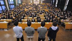 内定した先輩学生(手前)の話を聞く学生たち=東京都内の大学で