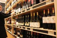 店頭に並ぶチリ産ワイン。安価で味が良いことがお客に評価されているという=東京都千代田区のワインショップ・エノテカ丸の内店で