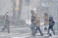 雪で視界の悪くなった天神を歩く人たち=福岡市中央区で2016年1月24日午前10時53分、須賀川理撮影