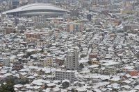 昨夜からの冷え込みで雪化粧した市街地=北九州市小倉北区で2016年1月24日午前10時34分、矢頭智剛撮影