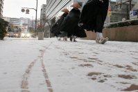 積雪した福岡市中心部=福岡市中央区で2016年1月24日午前9時48分、和田大典撮影
