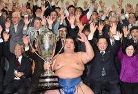 優勝を決め、賜杯を手にバンザイをする琴奨菊(手前中央)=東京・両国国技館で2016年1月24日、竹内幹撮影