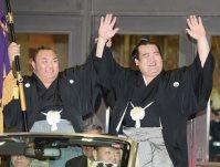 優勝パレードで両手をあげてファンの声援に答える琴奨菊(右)=東京・両国国技館で2016年1月24日、内藤絵美撮影