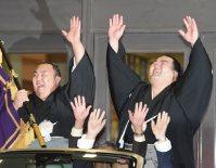 優勝パレードで琴勇輝とともに万歳をする琴奨菊(右)=東京・両国国技館で2016年1月24日、内藤絵美撮影
