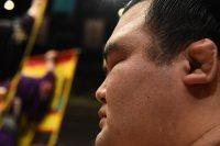 入念な準備を終え、額に汗を浮かべながら静かに土俵脇で取り組みを待つ琴奨菊=東京・両国国技館で2016年1月24日、喜屋武真之介撮影