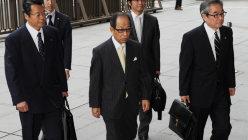 粉飾決算事件の公判で東京地裁に入る菊川剛・オリンパス元会長(中央)=2013年7月3日、木葉健二撮影