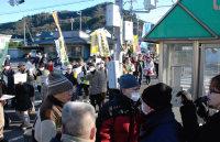 高浜原発3、4号機の再稼働反対を訴えデモ行進する参加者。途中、原発への賛否で口論になる場面(手前)もあった=福井県高浜町で、高橋一隆撮影