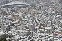 Buildings are seen coated with snow in Kitakyushu, Fukuoka Prefecture, on Jan. 24, 2016. (Mainichi)