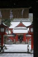 A snow-covered shrine is seen in Chuo Ward, Fukuoka, on Jan. 24, 2016. (Mainichi)
