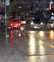 Hail falls in Ginowan, Okinawa Prefecture, on Jan. 24, 2016. (Mainichi)