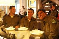 「ローン・ソルジャー」(単身兵士)の太田・ダニエル・智博さん(写真中央)。戦闘部隊所属で、「銃を撃つ訓練もした」=エルサレム旧市街中心部で2016年1月6日、大治朋子撮影
