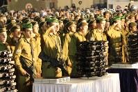 「嘆きの壁」前での式典「銃と聖書」で、新人兵士に渡される個人用のライフルと聖書=エルサレム旧市街で2016年1月6日、大治朋子撮影