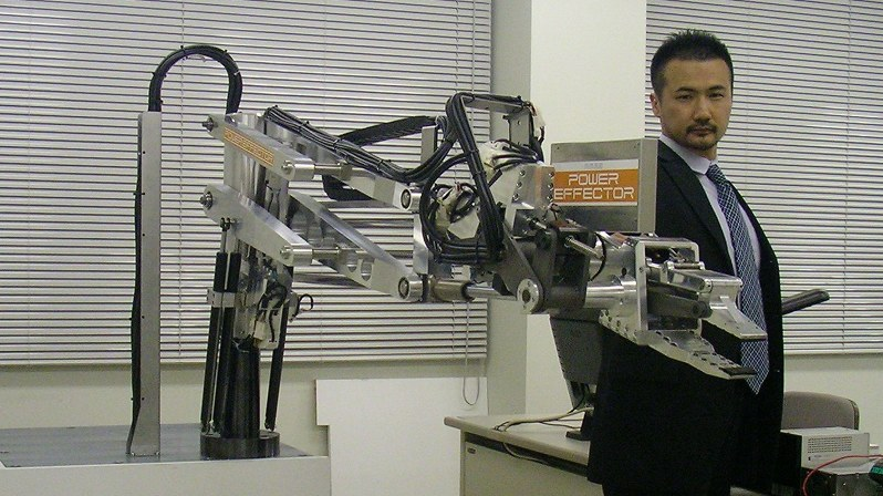 パワーエフェクタを操作する金岡博士=株式会社人機一体提供