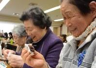 「振り込まん」を試食して投票する味を決めるお年寄りたち=山形市で2016年1月25日、野間口陽撮影