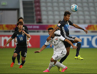 Musashi Suzuki, right, competes for the ball during the first half of the Asian Under-23 Championship semifinal between Japan and Iraq in Doha, Qatar, on Jan. 26, 2016. At left is Takumi Minamino. (Mainichi)