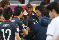 Delighted Japanese players gather around Yuya Kubo after he opened the scoring for Japan in the team's AFC U23 Championship semifinal against Iraq in Doha, Qatar, on Jan. 26, 2016. (Mainichi)
