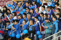 Japan supporters hold blue balloons as they cheer their team during its Asian Under-23 Championship semifinal with Iraq in Doha, Qatar, on Jan. 26, 2016. (Mainichi)