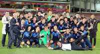 Japan U-23 squad members pose for a photo in celebration after defeating Iraq to qualify for the Rio de Janeiro Olympic Games, in Doha, Qatar, on Jan. 26, 2016. Lying on the ground at the front is manager Makoto Teguramori. (Mainichi)