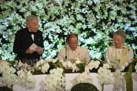 大統領主催の晩さん会でおことばを述べられる天皇陛下と、おことばを聞くフィリピンのアキノ大統領、皇后さま=フィリピン・マニラのマラカニアン宮殿で2016年1月27日午後7時47分、丸山博撮影
