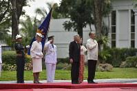 アキノ大統領(右)と歓迎式典に臨まれる天皇、皇后両陛下=フィリピン・マニラのマラカニアン宮殿で2016年1月27日午前10時33分(代表撮影)