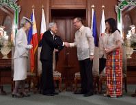 アキノ大統領との会見に臨まれる天皇、皇后両陛下=フィリピン・マニラのマラカニアン宮殿で2016年1月27日午前11時15分(代表撮影)