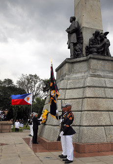 ホセ・リサール記念碑に供花される天皇、皇后両陛下=フィリピン・マニラで2016年1月27日午後(代表撮影)