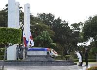 無名戦士の慰霊碑に供花される天皇、皇后両陛下=フィリピン・マニラで2016年1月27日午後3時35分、丸山博撮影