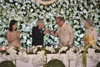 大統領主催の晩さん会で乾杯する天皇、皇后両陛下とアキノ大統領=フィリピン・マニラのマラカニアン宮殿で2016年1月27日午後7時51分、丸山博撮影