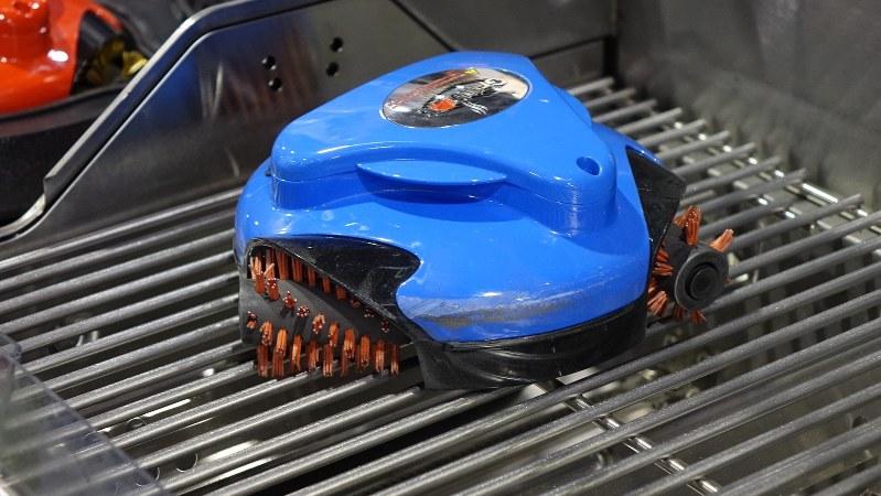 米ラスベガスで開催されたIT・家電関連展示会「CES」に出展されたバーベキューの網を掃除するロボット