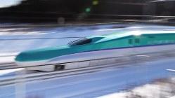 高速で試験走行する北海道新幹線H5系=北海道木古内町で2014年12年19日、手塚耕一郎撮影