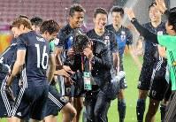 リオ五輪出場決定を喜び手倉森監督(中央)に水をかけて喜ぶ日本の選手たち=カタール・ドーハで2016年1月26日、山本晋撮影