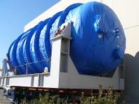 運搬車両に載せられて搬入される3号機用のベント装置本体=御前崎市の中部電力浜岡原発で