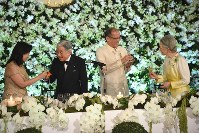 The Emperor (second from left) and Empress of Japan (far right) raise their glasses with Philippine President Benigno Aquino (second from right), at a banquet at the president's official residence in Manila on the evening of Jan. 27, 2016. (Mainichi)