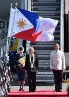 Philippine President Benigno Aquino (right) welcomes the Japanese Emperor (center) and Empress upon their arrival at Ninoy Aquino International Airport in Manila on the afternoon of Jan. 26, 2016. (Pool photo)