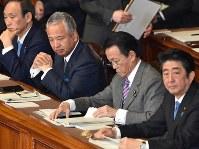 厳しい表情で参院本会議に臨む甘利明経済再生担当相(左)=国会内で2016年1月28日午前10時、竹内幹撮影