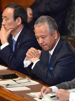 厳しい表情で参院本会議に臨む甘利明経済再生担当相(右)=国会内で2016年1月28日午前10時、竹内幹撮影