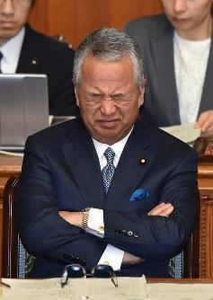 厳しい表情で参院本会議に臨む甘利明経済再生担当相=国会内で2016年1月28日午前10時47分、竹内幹撮影