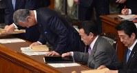 参院本会議に臨み、一礼して着席する甘利明経済再生担当相(左)=国会内で2016年1月28日午前9時57分、竹内幹撮影