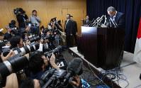 疑惑について記者会見し、大臣辞任を表明した甘利明経済再生担当相=東京・永田町で2016年1月28日午後5時37分、後藤由耶撮影