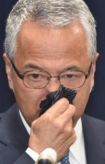 記者会見で辞任を表明する甘利明経済再生担当相=東京都千代田区で2016年1月28日午後5時38分、竹内幹撮影