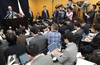 大勢の報道陣が詰めかけた甘利明経済再生担当相の記者会見場=東京都千代田区で2016年1月28日午後5時3分、竹内幹撮影