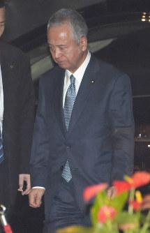 辞表提出のため首相官邸に到着し、車を降りる甘利明経済再生担当相=首相官邸で2016年1月28日午後6時18分、藤井太郎撮影