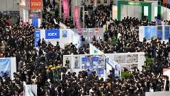 大勢の学生で会場がいっぱいになった「マイナビ就職EXPO」=2015年3月3日、野田武撮影