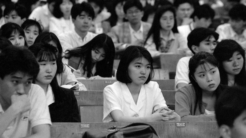 1990年6月1日、東京・三田の慶応大で開かれた業種別説明会。500人収容の大教室がほぼ満席に